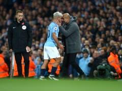 Der Trainer und der Torschütze: Manchester Citys Pep Guardiola (rechts) und Sergio Agüero beim Derbysieg gegen Manchester United (Bild: KEYSTONE/AP/DAVE THOMPSON)