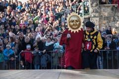 Denn sehen können die Schläger nichts – ihre Augen sind verbunden, auf dem Kopf sitzt eine Sonnenmaske, um die Schultern ein roter Mantel. Nach einem gehörigen Schluck Wein und einigen Umdrehungen sind die Freiwilligen deshalb orientierungslos. (Bild: Pius Amrein (Sursee, 11. November 2018))