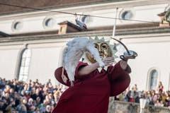 Gansabhauet auf dem Rathausplatz in Sursee. Auf dem Bild zu sehen ist Nick Bürli aus Sursee, welcher die zweite Gans mit dem ersten Schlag vom Drahtseil holte. (Bild: Pius Amrein (Sursee, 11. November 2018))