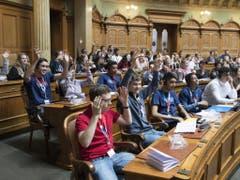 Jugendliche an der Jugendsession am Samstag im Nationalratssaal in Bern. (Bild: Keystone/PETER SCHNEIDER)