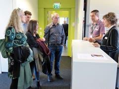Die Mitarbeitenden stellen den Besuchern ihre Aufgabenbereiche vor. (Bild: Bilder: Hanspeter Thurnherr)