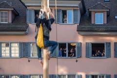 Wie immer herrschte in der Altstadt von Sursee Volksfeststimmung. Neben der Hauptattraktion erfreuten sich die Kinder und Jugendlichen am Stangenklettern, Sackhüpfen und Grimassenschneiden. (Bild: Pius Amrein (Sursee, 11. November 2018))