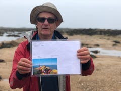 Die Flut kommt schnell auf Jersey: Wanderleiter Derek Hairon mit dem Bild einer Rettungsaktion.