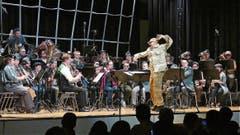 Die Bernecker Blasmusiker folgten als «Käfig voller Musikanten» ihrem Anführer und Dirigenten Bruno Ritter. (Bild: Ulrike Huber)