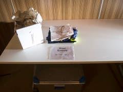 Die Trainingssachen für Nationalspieler Breel Embolo, der einen Fussbruch erlitten hat und deshalb nicht trainieren kann, liegen auf einem Tisch anlässlich der Pressekonferenz. (Bild: KEYSTONE/TI-PRESS/ALESSANDRO CRINARI)