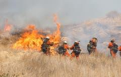Feuerwehrmänner bei Löscharbeiten im Hügelland im westlichen Kalifornien. (Bild: Eugene Garcia, 11. November 2018)