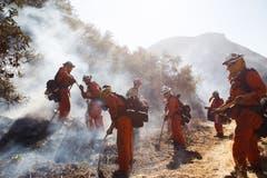 Feuerwehrmänner bei der Brandbekämpfung im Hügelland im westlichen Kalifornien. (Bild: Eugene Garcia, 11. November 2018)