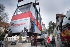 Etwas Nostalgie für eingefleischte Fans des Mühleggbähnli: Die alte Bahnkabine wurde Anfang April 2018 von den Schienen gehoben und abtransportiert. Mit der neuen Kabine hat nicht nur die Bemalung geändert, die Bahn benutzt auch ein neues Logo. (Bild: Ralph Ribi - 3. April 2018)