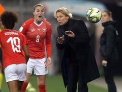 Martina Voss-Tecklenburg gibt ein letztes Mal Anweisungen an die Schweizer Spielerinnen. (Bild: KEYSTONE/MELANIE DUCHENE)