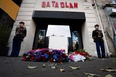 Gedenktafel und Blumen erinnern an das Massaker im Pariser Konzertlokal «Bataclan». Am Dienstag, 13. November 2015 starben durch die Terrorattacken in und um das Konzertlokal insgesamt 130 Menschen. (Bild: Benoit Tessier/EPA (Paris, 13. November 2018))