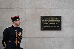 Die Gedenktafel für die Opfer der Attacke beim Stade de France. (Bild: Philippe Lopez/EPA (Paris, 13. November 2018))