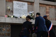 Die Bürgermeisterin von Paris, Anne Hidalgo (rechts mit Trikolore-Band) und der französische Premierminister Edouard Philippe (Mitte) während der Zeremonie bei der Gedenktafel für die Opfer der Terrorattacke beim Restaurant «La Belle Equipe». (Bild: Benoit Tessier/EPA (Paris, 13. November 2018))