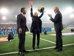 Der Abschied: Die Trainerin Martina Voss-Tecklenburg wird von den Funktionären und dem Publikum für ihre Verdienste mit Applaus bedacht. (Bild: KEYSTONE/EPA KEYSTONE/MELANIE DUCHENE)