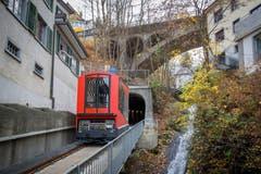 Die neue Mühleggbahn auf einer Probefahrt zwischen Talstation und nördlichem Tunnelportal. Rechts fliesst die Steinach der St.Galler Altstadt entgegen.