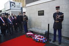 Die Gedenktafel für die Opfer der Attacke beim Stade de France. (Bild: Yoan Valat/EPA (Paris, 13. November 2018))