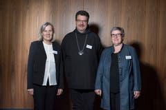 Abt Christian (Kloster Engelberg) zeigte in seiner Rede die christliche Seite von sozialer Hilfe auf. Flankiert wird er von Elisabeth Portmann und Heidi Ragonesi (Geschäftsleiterin bzw. Beirätin der Weihnachtsaktion). (Bild: Dominik Wunderli (Luzern, 13. November 2018))