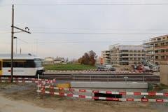 Beim Schwärzebach wurde erst der Durchlass unter der Bahnlinie gebaut. Noch fehlt der Zulauf des Bachs. (Bild: Sandro Büchler)
