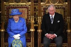 Die britische Königin Elizabeth II und ihr Sohn Prinz Charles im House of Lords bei der Parlamentseröffnung am 21. Juni 2017. (Bild: Archiv/Carl Court/Pool via AP)