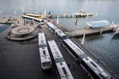 ...standen ebenfalls Bahnersatzbusse bereit. (Bild: Pius Amrein (Luzern, 23. März 2017))