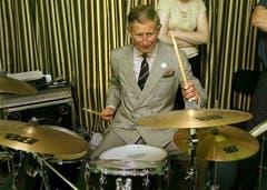 Der Prince of Wales spielt Schlagzeug bei einem Schulbesuch im William Mathies Music Centre in Caernarfon, Wales, im Juli 2002. (Bild: KEYSTONE/AP Photo/ Michael Dunlea)