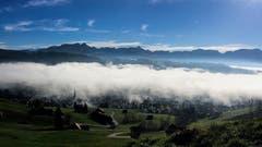 Die Nebelschlange zieht über Gais. (Bild: Toni Sieber)