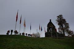 Schützen laufen am Morgartendenkmal vorbei. (Bild: Stefan Kaiser (Zug, 15. November 2018))