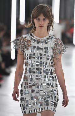 Funkelnde Metallplättchen bei Louis Vuitton.