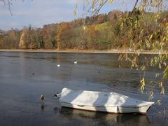 Die Hektik des Sommers ist vorbei: Ruhige Atmosphäre am Rheinufer in Diessenhofen mit Blick auf die deutsche Seite. (Bild Hubert Koch)