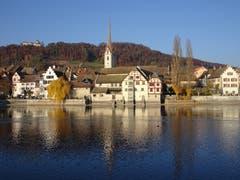 Letzte Herbstfarben bei stahlblauem Himmel in Stein am Rhein (Bild: Hubert Koch)
