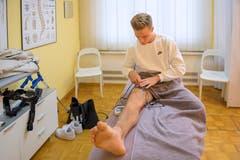 Elektrotherapie für Jasper van der Werffs Knie. (Bild: Urs Bucher)