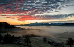 Zwischen Nebelmeer und Wolkenband in Gähwil. (Bild: Roland Hof)