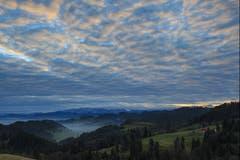 Morgenstimmung zwischen Nebel und Wolken über dem Toggenburg. (Bild: Roland Hof)
