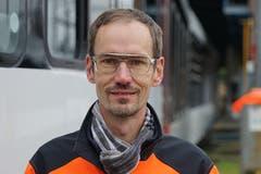 Schrubbt den Thurbo-Zug sauber: Disponent Stuart Arpagaus. (Bild: Sandro Büchler)