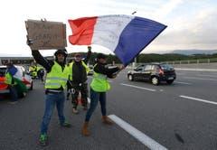 Im Zusammenhang mit den Protesten der Bürgerbewegung «Gelbe Warnwesten» ist in Frankreich eine zweite Person bei einem Verkehrsunfall ums Leben gekommen. Die Bewegung protestiert gegen die geplante Erhöhung der Diesel- und Benzinsteuer.Bild: Claude Paris/AP