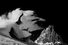 Region Vals, Graubünden, Schweiz; Skier: Nicolas Falquet; hinten: Zervrailahorn
