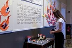 Werteschule: Eine Schülerin zündet eine Kerze an.