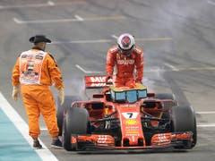 Kimi Räikkönen steigt nach dem Elektrikschaden letztmals aus dem Ferrari - 2019 sitzt der Finne im Alfa Romeo Sauber (Bild: KEYSTONE/AP/LUCA BRUNO)
