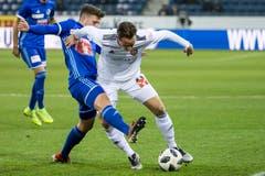 Luzerns Idriz Voca (links) versucht dem Basler Luca Zuffi den Ball zu stehlen. (Bild: Alexandra Wey / Keystone (Luzern, 25. November 2018))
