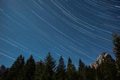 Sternspuren am Himmel zwischen den Kreuzbergen und dem Hundstein etwa in Richtung West-Südwest (über dem Fählensee). Aufgenommen am 22. November 2018 etwa zwischen 21:30 und 23:30 Uhr. (Bild: Franz Häusler)