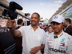 Schauspieler Will Smith macht mit Champion Lewis Hamilton ein Selfie (Bild: KEYSTONE/EPA/VALDRIN XHEMAJ)
