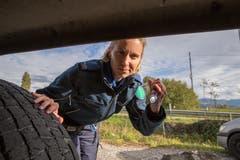 Zu Sabrina Schmitters Aufgaben gehört nicht nur das Lösen von Fällen, sondern auch das Inspizieren von Autos und Lastwagen.