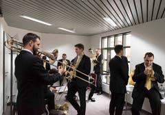 Vor dem Auftritt: Mitglieder der Brass Band Bürgermusik Luzern beim Einspielen.