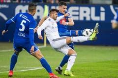 Luzerns Stefan Knezevic (rechts) im Kampf mit Basels Albian Ajeti um den Ball. (Bild: Alexandra Wey / Keystone (Luzern, 25. November 2018))