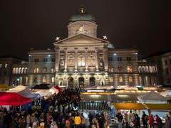 Das Bundeshaus bildet die Kulisse für einen der wichtigsten Verkaufsplätze des Zibelemärits, den Bundesplatz. (Bild: KEYSTONE/ANTHONY ANEX)