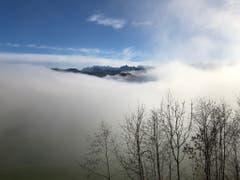 Eine Lücke in der Nebeldecke ermöglicht den Blick zum Glärnisch. (Bild: Paul Hegglin, 25. November 2018)