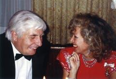 Ljuba Manz mit Playboy und Opel-Erbe Gunter Sachs, mit dem sie gern über Astrologie fachsimpelte. In der Hummer Bar traf die Gastgeberin viele Prominente aus Film, Politik und Showbusiness.