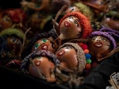 Zwiebeln werden auch in Form von kleinen Figuren verkauft. (Bild: KEYSTONE/ANTHONY ANEX)