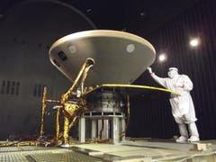 Ein Techniker bei Vorbereitungen für Tests der Marssonde im Simulator. (Archivbild: PD/NASA/JPL/Lockheed Martin via AP)