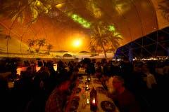Beim Projekt «The 5» dinieren die Gäste unter Bildern von fremden Ländern, die an eine Kuppel projiziert werden. (Bild: PD)