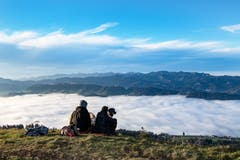 Nicht nur wir Menschen haben Freude am schönen Wetter und der Aussicht über das Nebelmeer auf Heiligkreuz First. Auch die Vierbeiner geniessen das Outdoor-Erlebnis und das Wandern in der Sonne. (Bild: Stefan Dubach, 25. November 2018)